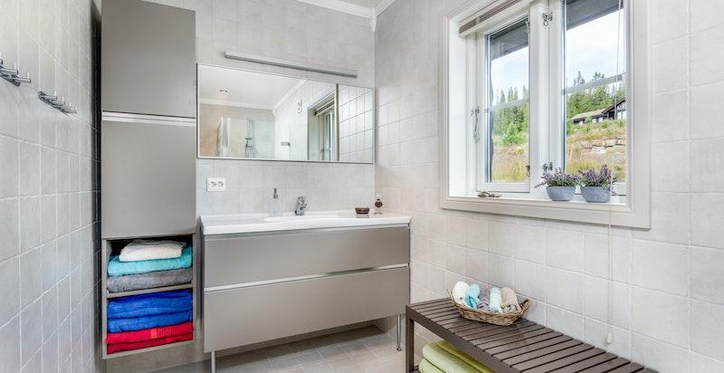 Bad med varmekabler, dusj, wc og servantskap