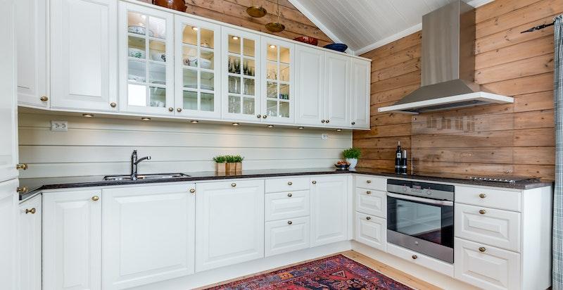Kjøkken med god benk-/skapplass