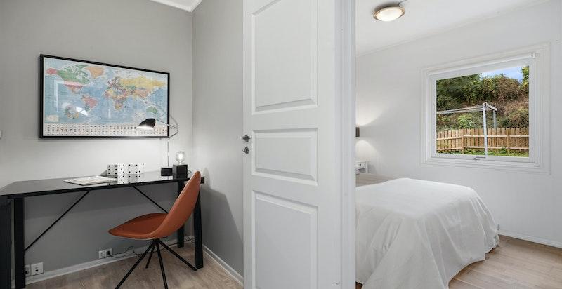 Mellomgang med plass til f.eks. kontorpult eller garderobeskap