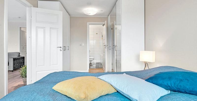 Soverommet er innredet med garderobeskap og har eget bad tilknyttet