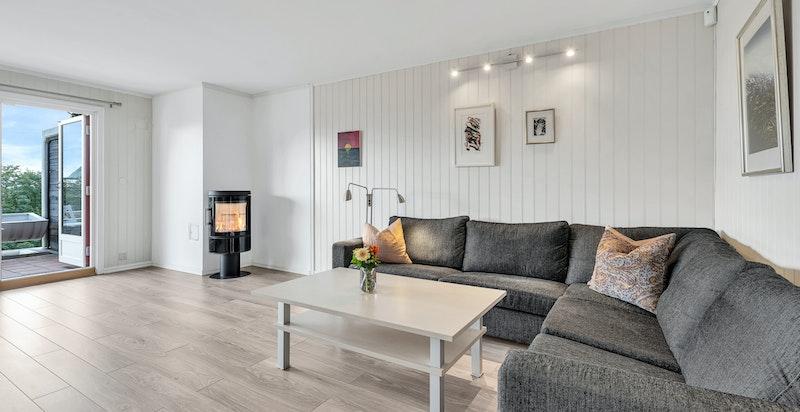 Lys og romslig stue med hyggelig moderne peisovn - nye overflater fra 2010