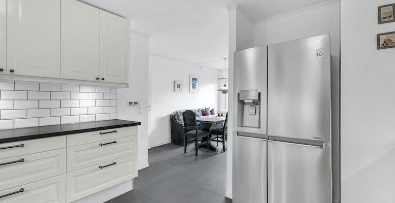 Kjøkkenet ligger i åpen løsning mot spisestuen, for øvrig nisje for side-by-side kjøl- og fryseskap