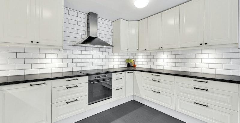 Integrerte hvitevarer på kjøkkenet og svært god skap- og benkeplass