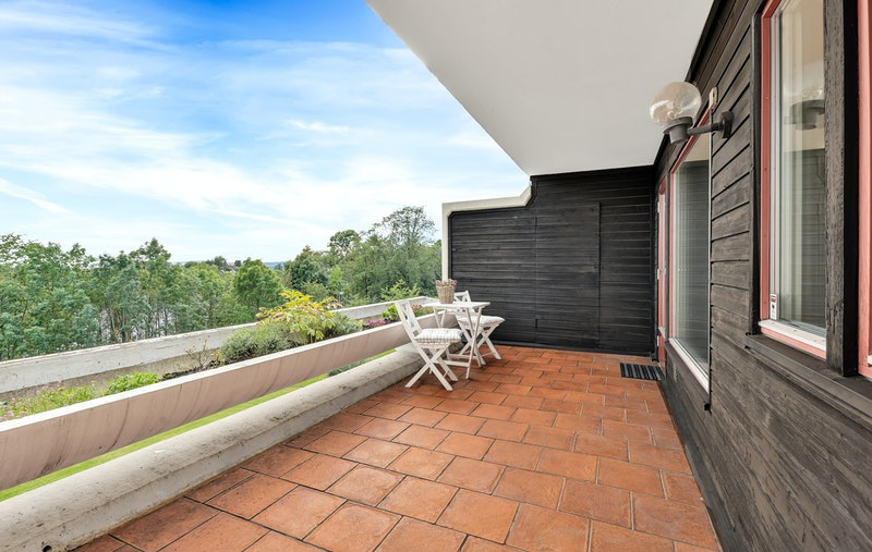 Boligen har en romslig sydvendt terrasse med god plass til utegruppe, samt praktisk bod i enden