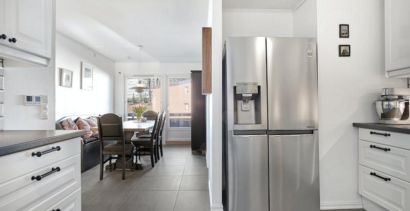 Kjøkkenet ligger i en åpen løsning mot spisestuen - her ses også nisje for side-by-side kjøl- og fryseskap