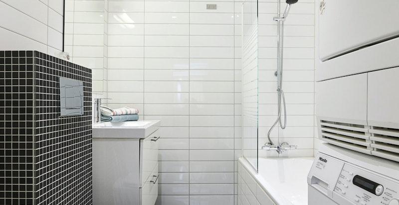 Pent bad fra 2010 tilknyttet hovedsoverommet med opplegg for vaskemaskin og tørketrommel