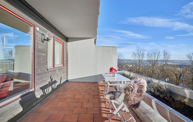 Boligen har en sydvendt terrasse ut fra stuen med god plass til utegruppe