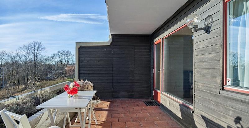 Terrassen har praktisk bod i enden til oppbevaring