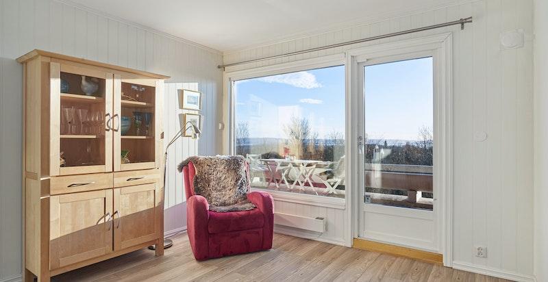 Store vindusflater kombinert med lyse og velholdte overflater