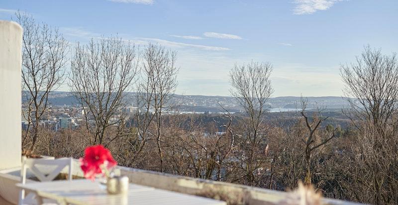 Fantastisk utsikt mot både by og fjord fra terrassen, samt svært gode solforhold
