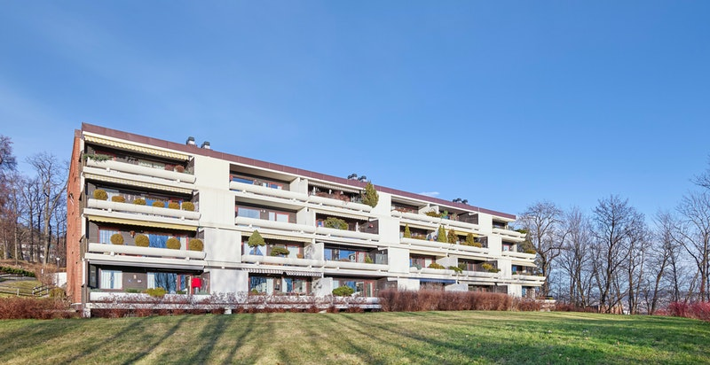 Fasade fra syd - store grøntområder rundt blokken som utgjør sameiets tomt