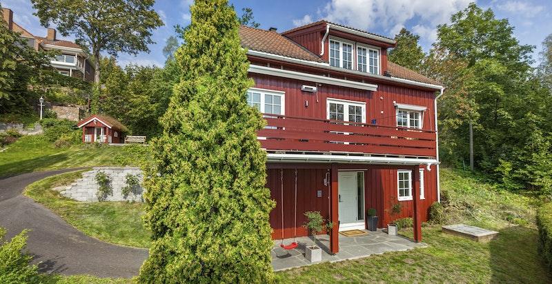 Koselig solrik eiendom på bilfritt tun med panoramautsikt over Oslofjorden og bye