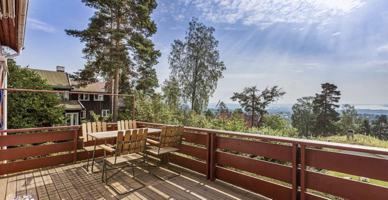 Meget attraktiv og solrik terrasse med panoramautsikt - fredlig og idyllisk på terrassen