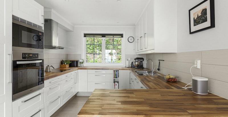 Pent kjøkken tilknyttet stor spiseplass - diverse integrerte hvitevarer