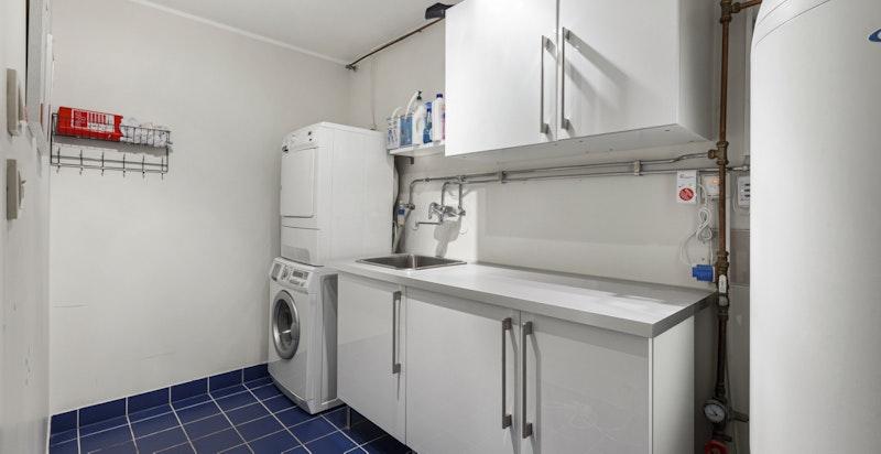Praktisk vaskerom tilknyttet bod og hallen i u.etg.