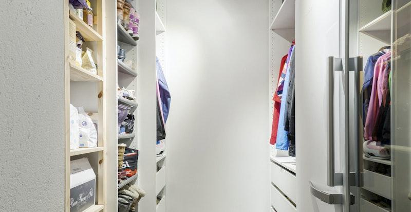 Praktisk garderobe i bod tilknyttet hallen og vaskerommet i u.etg.