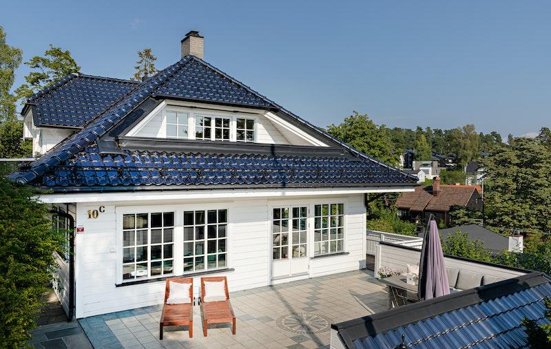 Villa på 395 kvm med to hybler, dobbelgarasje og solrike terrasser