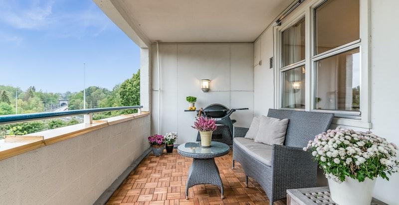 Solrik og skjermet terrasse med hyggelig utsyn