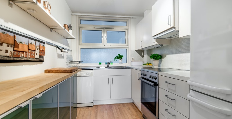 Velholdt kjøkken med god skap-/benkeplass