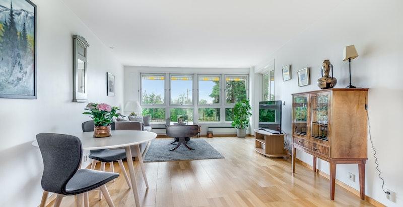 Lys og luftig stue/spisetue med gode vindusflater
