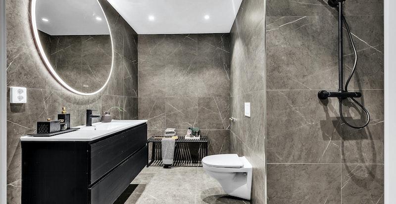 Inn fra hovedsoverom har eier adkomst til lekkert dusjbad med varmekabler i gulv