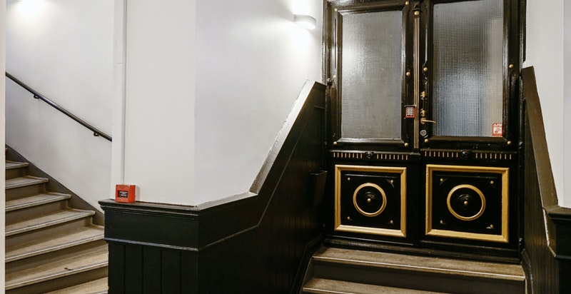 Kun noen få trappetrinn opp fra bakkeplan til leiligheten
