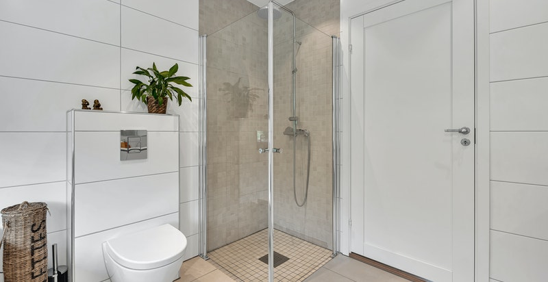 Utstrakt buk av store 60x60 fliser på gulv og delvis på vegg i alle bad. Type Core Plain SL R9 (lys beige), City Grigio/Beige Natural og Nexus Saga (lys beige og grå) samt Keramic White Natural
