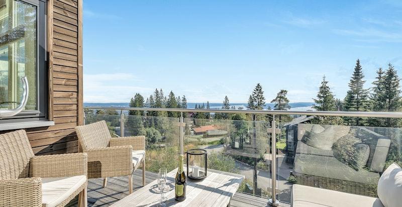 Fra den skjermede sydvendte balkong har man gode solforhold og spektakulær fjordutsikt