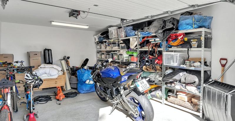 Boligen har garasje i tilknytning til boligen. I tillegg disponerers en garasjeplass og bod i fells låst garasje