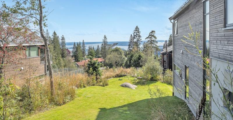 Denne delen av hagen kan tilrettelegges for spiseplass - helt perfekt for frokost i solen