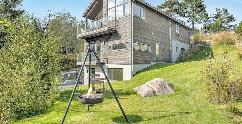 Som ett av 13 hus vurderes nr. 1 som et av de mest attraktive, spesielt da det ligger helt i forkant av feltet og ikke har bebyggelse foran som skjermer for sol eller utsikt