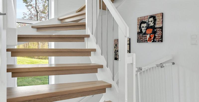 Høye vindusflater i trappeløpet, både ned til underetasjen og opp til topplanet
