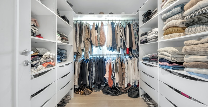 Walk in closet/bod med store vindusflater på vegg