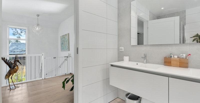 I tilknytning til de 3(4) soverommene i toppetasjen finner man det store og flotte hovedbadet