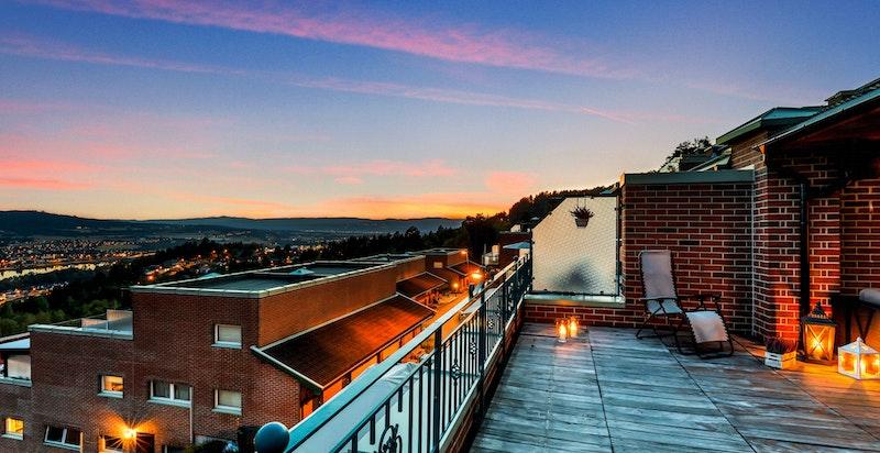 Fra terrassen kan man nyte fritt utsyn og gode solforhold