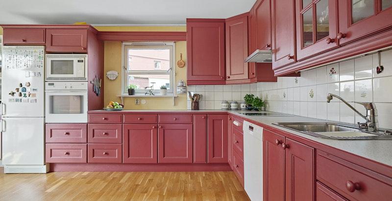 Kjøkkeninnredning med profilerte røde fronter
