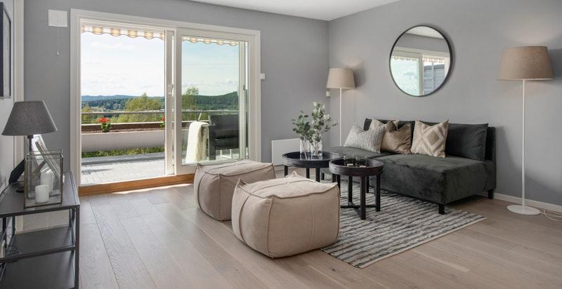 Stue - lekre enstavs eikegulv - moderne vinduer og terrassedør fra 2017