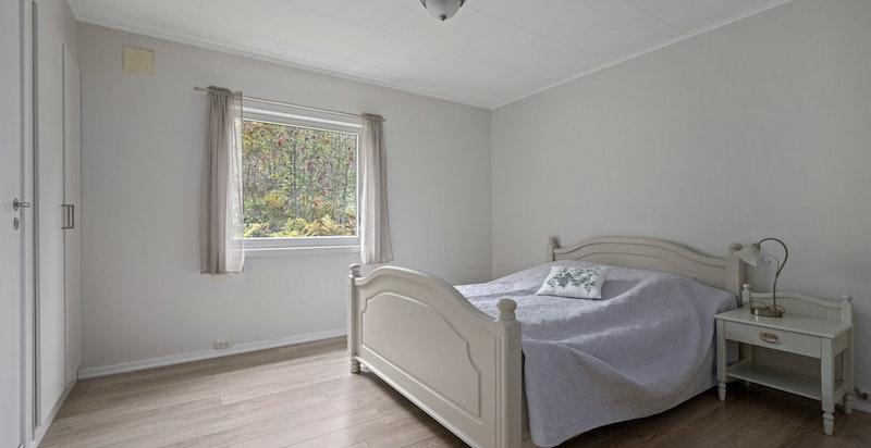Boligen har hele 4 soverom av god størrelse. Hovedsoverom med plassbygd garderobeskap.