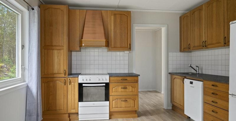 Kjøkkenet har god utforming, laminert benkeplate og fliser over benkeplate.