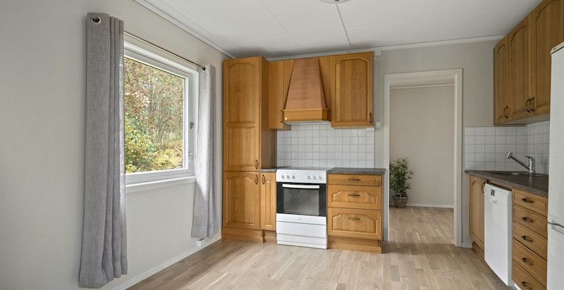 Frittstående oppvaskmaskin, komfyr og integrert kjøl/fryseskap.