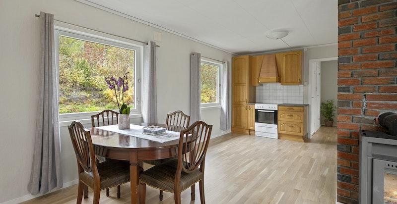 Kjøkkeninnredning med malte og profilerte fronter, underskap og overskap.