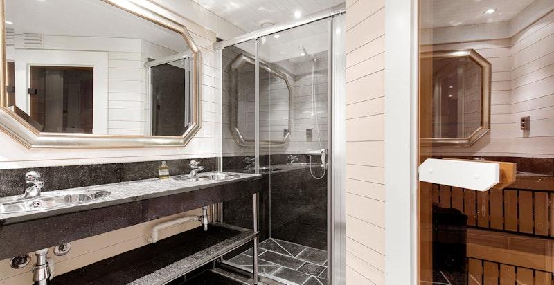 Hovedbad med dusj og badstue