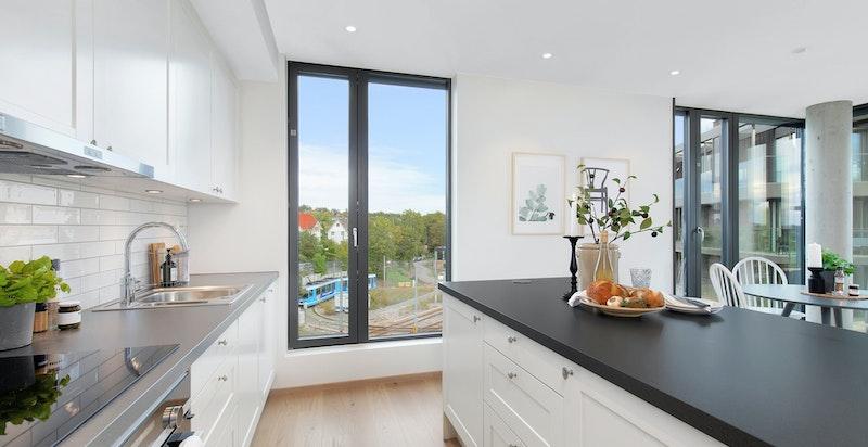 Store vindusflater gir rikelig med naturlig lys og utsikt