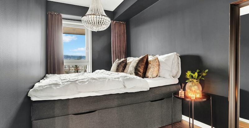 Soverom med plass til dobbeltseng og tilhørende nattbord.
