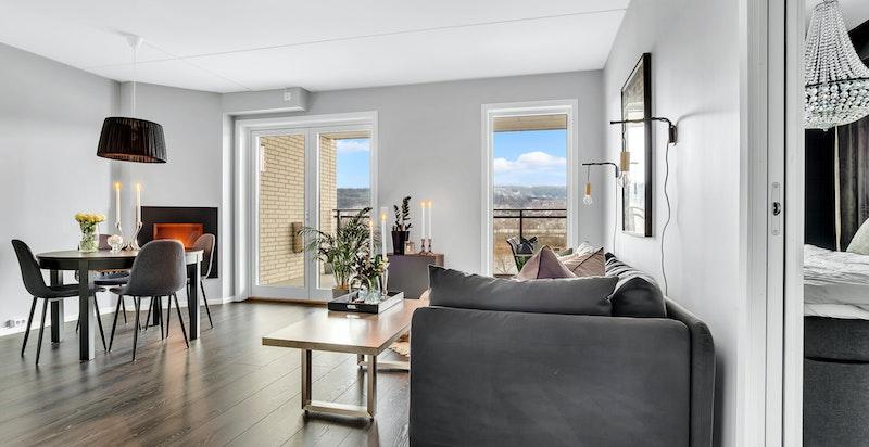 Boligen har store vindusflater som gir godt med naturlig lys inn i leiligheten.