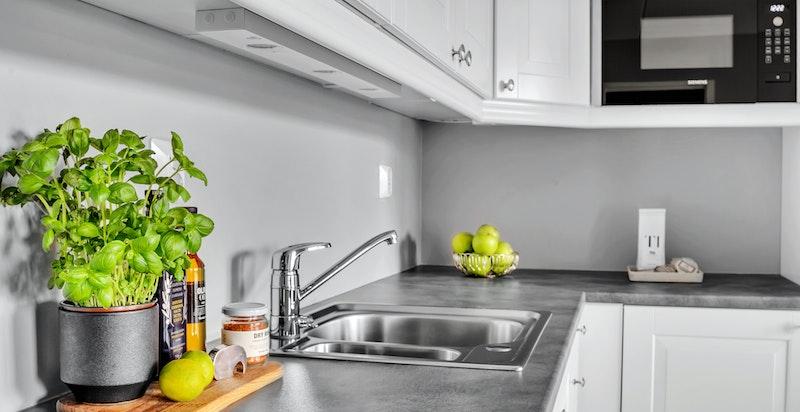 Integrert kjøl/fryseskap, oppvaskmaskin, mikrobølgeovn, steikeovnen og koketopp medfølger ved salget.