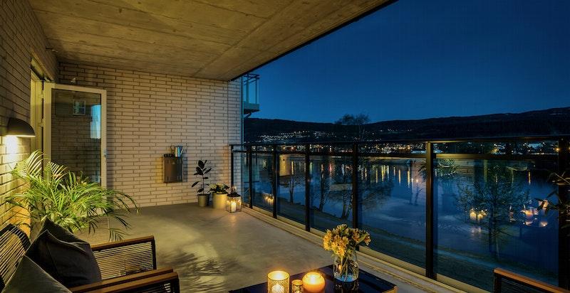 Større terrasse med fri sikt mot Drammenselva.