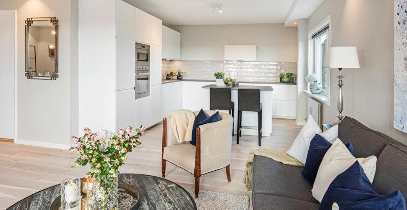 Romslig hjørnestue med plass for både sofagruppe og stort spisestuebord