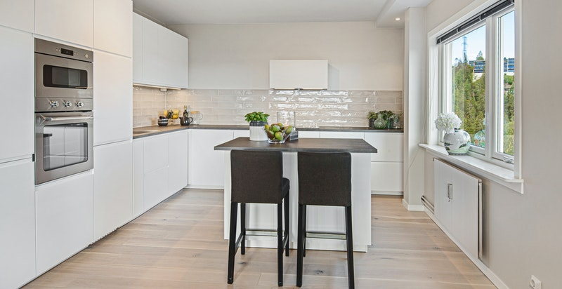 Kjøkken med smart kjøkkenøy og barløsning