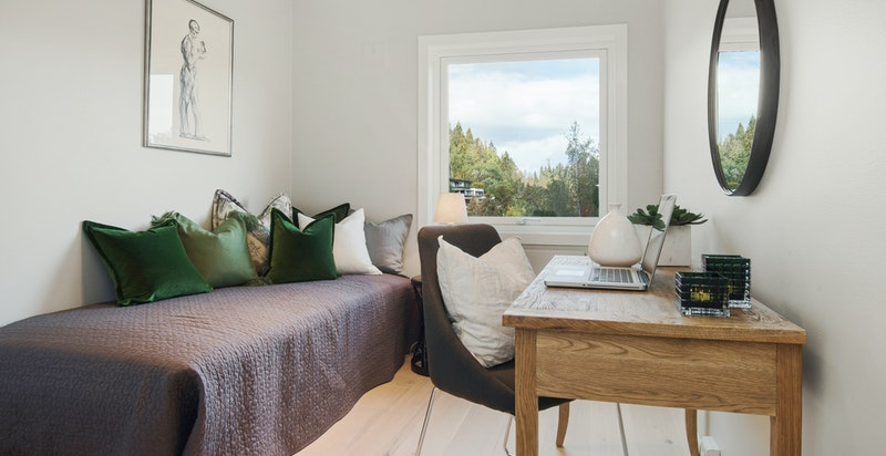 Romslig soverom 2 med plass for både seng og skap. Hyggelig utsikt oppover Mærradalen